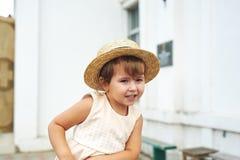 Retrato de una pequeña muchacha bonita en un sombrero de paja Foto de archivo