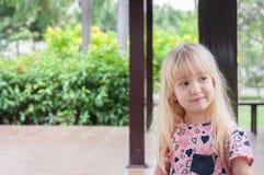Retrato de una pequeña muchacha caucásica rubia linda en el parque Imágenes de archivo libres de regalías