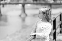 Retrato de una pequeña muchacha feliz preciosa de la princesa foto de archivo libre de regalías