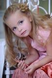 Retrato de una pequeña muchacha rubia imágenes de archivo libres de regalías