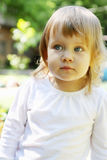 Retrato de una pequeña muchacha rubia Fotos de archivo