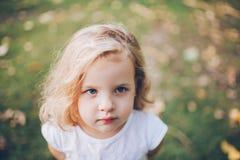 Retrato de una pequeña muchacha rubia Fotos de archivo libres de regalías