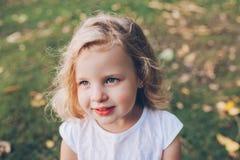 Retrato de una pequeña muchacha rubia Imagen de archivo