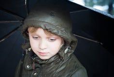 Retrato de una pequeña muchacha rubia con el paraguas Foto de archivo