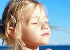 Retrato de una pequeña muchacha soñadora Imágenes de archivo libres de regalías
