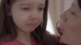 Retrato de una pequeña muchacha triste con los ojos grandes que llora cerca para arriba El niño es trastornado e infeliz Concepto almacen de metraje de vídeo