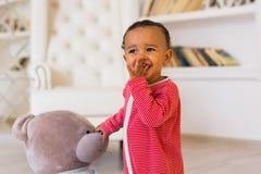 Retrato de una pequeña sonrisa afroamericana linda del muchacho fotos de archivo libres de regalías