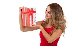 Retrato de una pila bonita sonriente de la tenencia de la muchacha de cajas de regalo aisladas sobre el fondo blanco imágenes de archivo libres de regalías