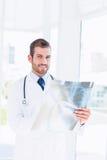 Retrato de una radiografía de examen sonriente del doctor de sexo masculino joven Fotos de archivo libres de regalías