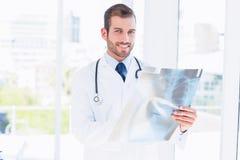 Retrato de una radiografía de examen sonriente del doctor de sexo masculino joven Imagenes de archivo