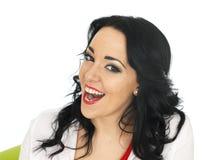 Retrato de una risa hispánica joven alegre feliz hermosa de la mujer Foto de archivo