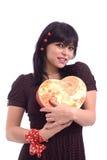 Retrato de una señora con el rectángulo de regalo rojo Fotos de archivo libres de regalías
