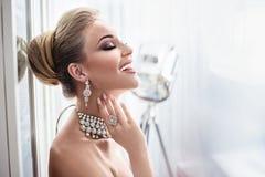 Retrato de una señora elegante que lleva la joyería costosa imágenes de archivo libres de regalías