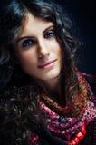 Retrato de una señora hermosa con la bufanda florecida Imágenes de archivo libres de regalías