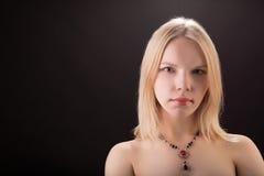 Retrato de una señora hermosa joven con el collar aislado sobre b Imágenes de archivo libres de regalías
