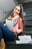 Retrato de una señora joven con una tableta Imágenes de archivo libres de regalías
