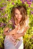 Retrato de una señora soñadora en una guirnalda lujosa de wildflowers Foto de archivo