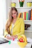 Retrato de una secretaria confusa hermosa Foto de archivo libre de regalías
