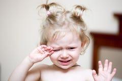 Retrato de una sentada y de un grito tristes del niño de la muchacha en una cama en el dormitorio Niño que despierta en la cama i Imagenes de archivo