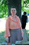 Retrato de una señora joven en el traje histórico que mira la cámara Imágenes de archivo libres de regalías