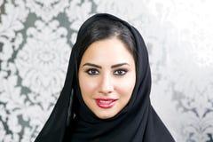 Retrato de una sonrisa árabe hermosa de la mujer Imagenes de archivo