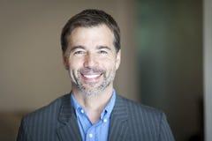 Retrato de una sonrisa acertada del hombre de negocios Imagen de archivo libre de regalías