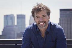 Retrato de una sonrisa activa madura del hombre Imagen de archivo libre de regalías