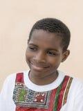 Retrato de una sonrisa de diez años del muchacho del Afro Fotos de archivo