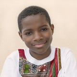 Retrato de una sonrisa de diez años del muchacho del Afro Imagen de archivo