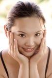 Retrato de una sonrisa del este atractiva de la señora joven Imagenes de archivo