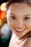 Retrato de una sonrisa del este moderna de la señora joven Fotos de archivo libres de regalías
