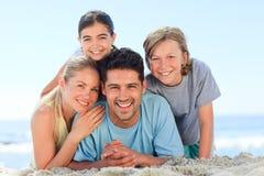 Retrato de una sonrisa famiy en la playa Foto de archivo