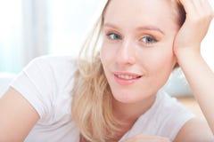 Retrato de una sonrisa feliz linda de la mujer joven Imágenes de archivo libres de regalías