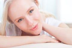 Retrato de una sonrisa feliz linda de la mujer joven Fotografía de archivo