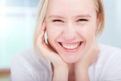 Retrato de una sonrisa feliz linda de la mujer joven Fotos de archivo libres de regalías