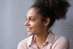 Retrato de una sonrisa hermosa de la mujer del afroamericano Fotografía de archivo