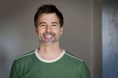 Retrato de una sonrisa madura del hombre Fotografía de archivo