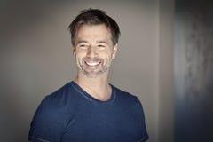 Retrato de una sonrisa madura del hombre Foto de archivo
