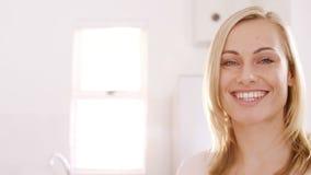 Retrato de una sonrisa rubia de la mujer almacen de metraje de vídeo