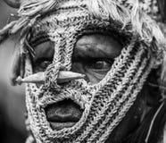 Retrato de una tribu de Asmat del guerrero en una máscara inusual de la batalla Foto de archivo libre de regalías