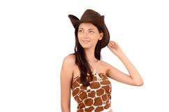 Retrato de una vaquera americana atractiva con el sombrero que mira para arriba. Foto de archivo