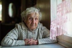 Retrato de una vieja mujer mayor fotos de archivo libres de regalías