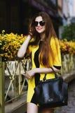 Retrato de Utdoor de la señora sonriente feliz hermosa joven que camina en la calle Gafas de sol que llevan modelo y verano elega Fotos de archivo