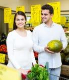 Retrato de vegetais de compra dos pares novos Imagem de Stock