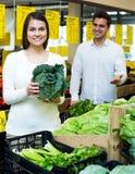 Retrato de vegetais de compra dos pares novos Fotografia de Stock