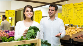 Retrato de vegetais de compra dos pares novos Foto de Stock Royalty Free