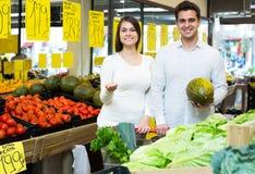 Retrato de vegetais de compra dos pares novos Imagens de Stock