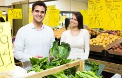 Retrato de vegetais de compra dos pares novos Imagens de Stock Royalty Free