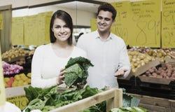 Retrato de vegetais de compra dos pares novos Fotografia de Stock Royalty Free