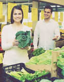 Retrato de vegetais de compra dos pares novos Imagem de Stock Royalty Free